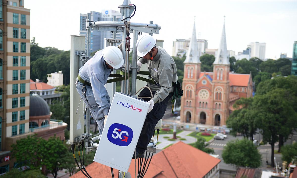 Nhân viên Mobifone lắp đặt trạm phát sóng 5G tại TP HCM. Ảnh: Minh Sơn
