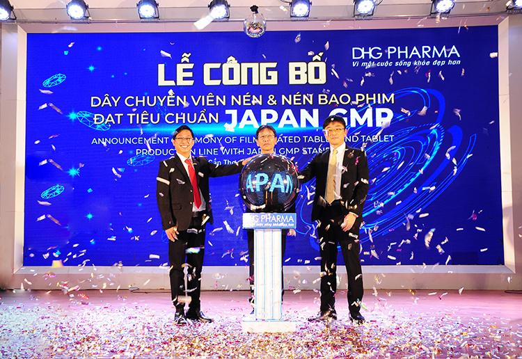 Ban tổng giám đốc Dược Hậu Giang công bố dây chuyền sản xuất thuốc đạt chuẩn Japan GMP.