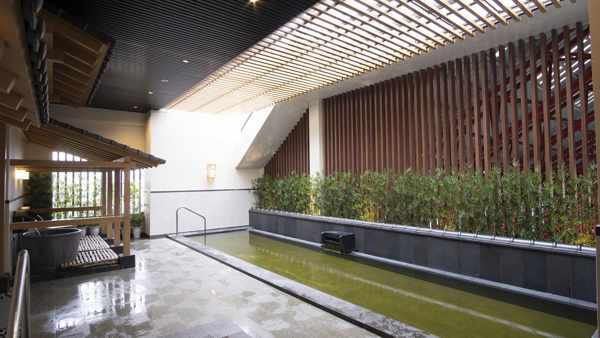 Du khách có cơ hội trải nghiệm tắm nước nóng Onsen.