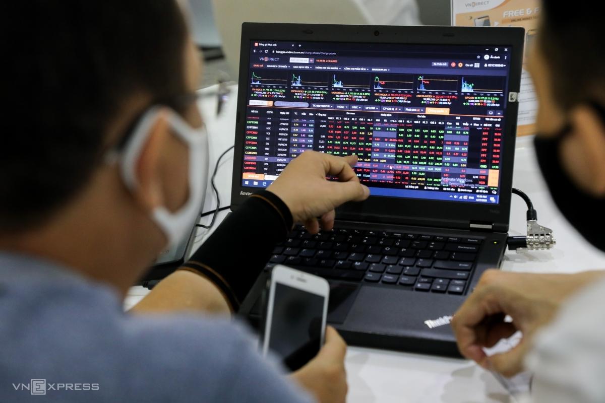 Nhóm nhà đầu tư giao dịch trực tuyến tại một công ty chứng khoán cuối tháng 4. Ảnh: Quỳnh Trần.