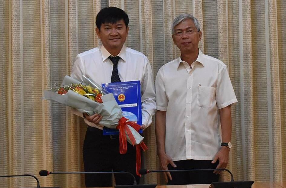 Ông Trần Quang Minh (trái) nhận quyết định bổ nhiệm từ Phó chủ tịch TP HCM Võ Văn Hoan (phải). Ảnh: Hcmcpv.