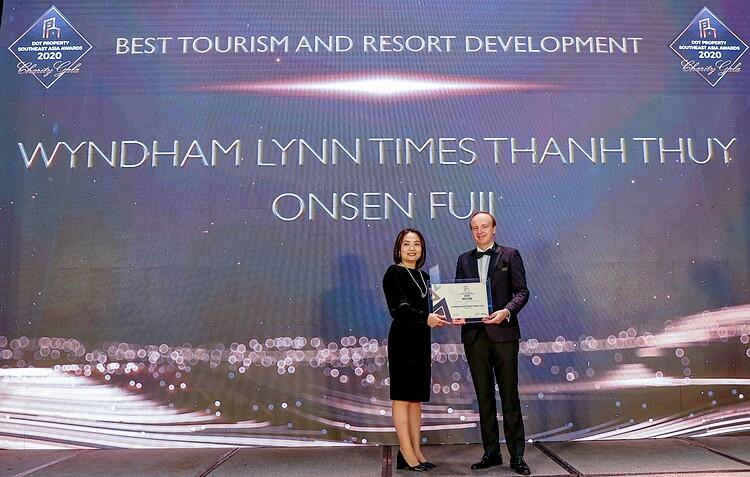 Đại diện chủ đầu tư dự án nhận giải thưởng.