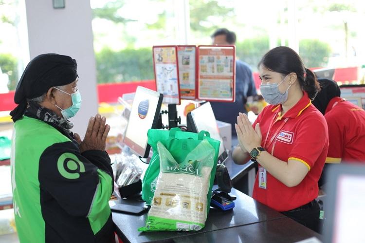 Tài xế Gojek mua đồ tại cửa hàng tiện lợi tại Jakarta, Thủ đô Indonesia. Ảnh: Gojek.