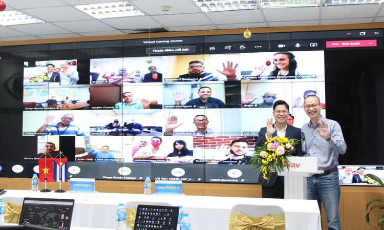 Ông Hoàng Anh Tú, Phó Vụ trưởng – Vụ Hợp tác quốc tế, Bộ Thông tin truyền thông (trái) và ông Ngô Anh Tuấn (phải) đứng lớp trong Khóa đào tạo an ninh mạng trực tuyến cho Cuba ngày 15/12. Ảnh: Bkav