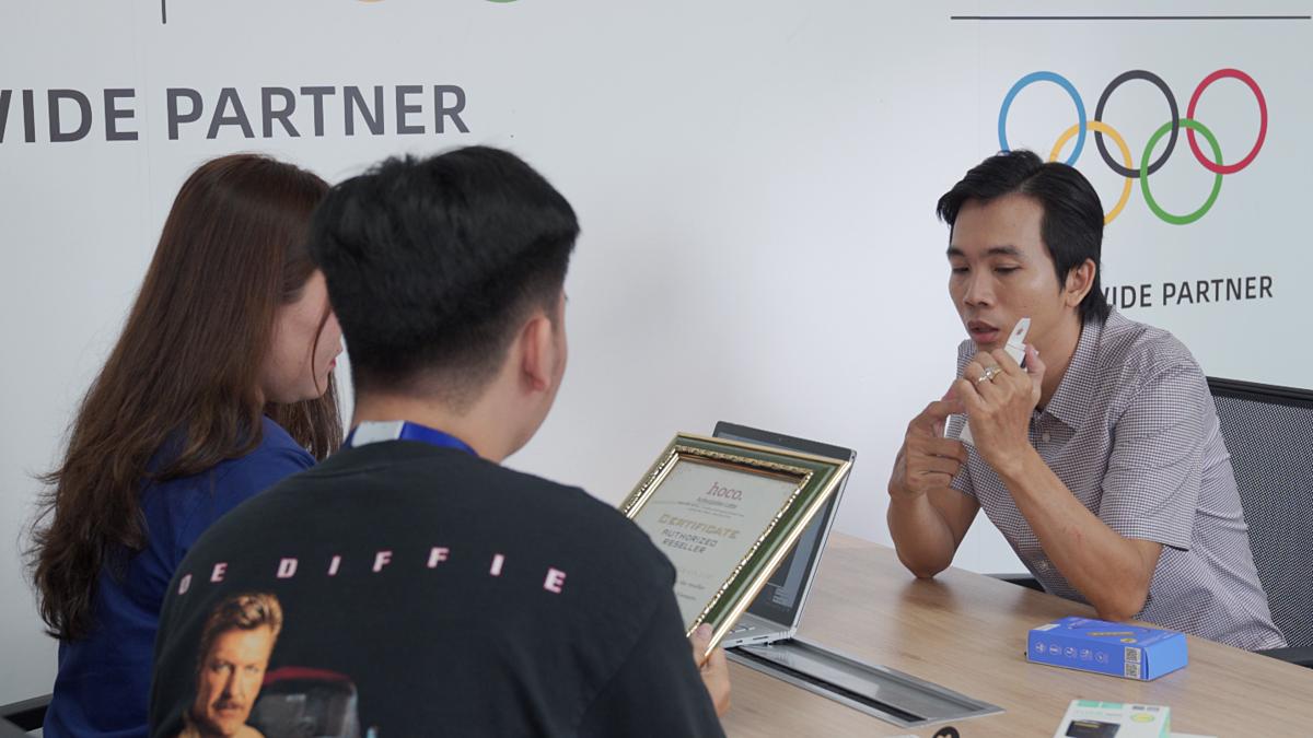 Anh Huy (phải) thường xuyên trao đổi với đội ngũ hỗ trợ của Lazada để thúc đẩy hiệu quả gian hàng. Ảnh: Lazada.