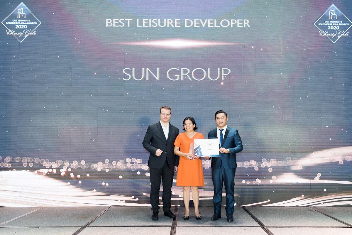 Bà Nguyễn Lâm Nhi Thùy (giữa) , đại diện Sun Group nhận giải thưởng Nhà phát triển công trình vui chơi giải trí tốt nhất Đông Nam Á 2020