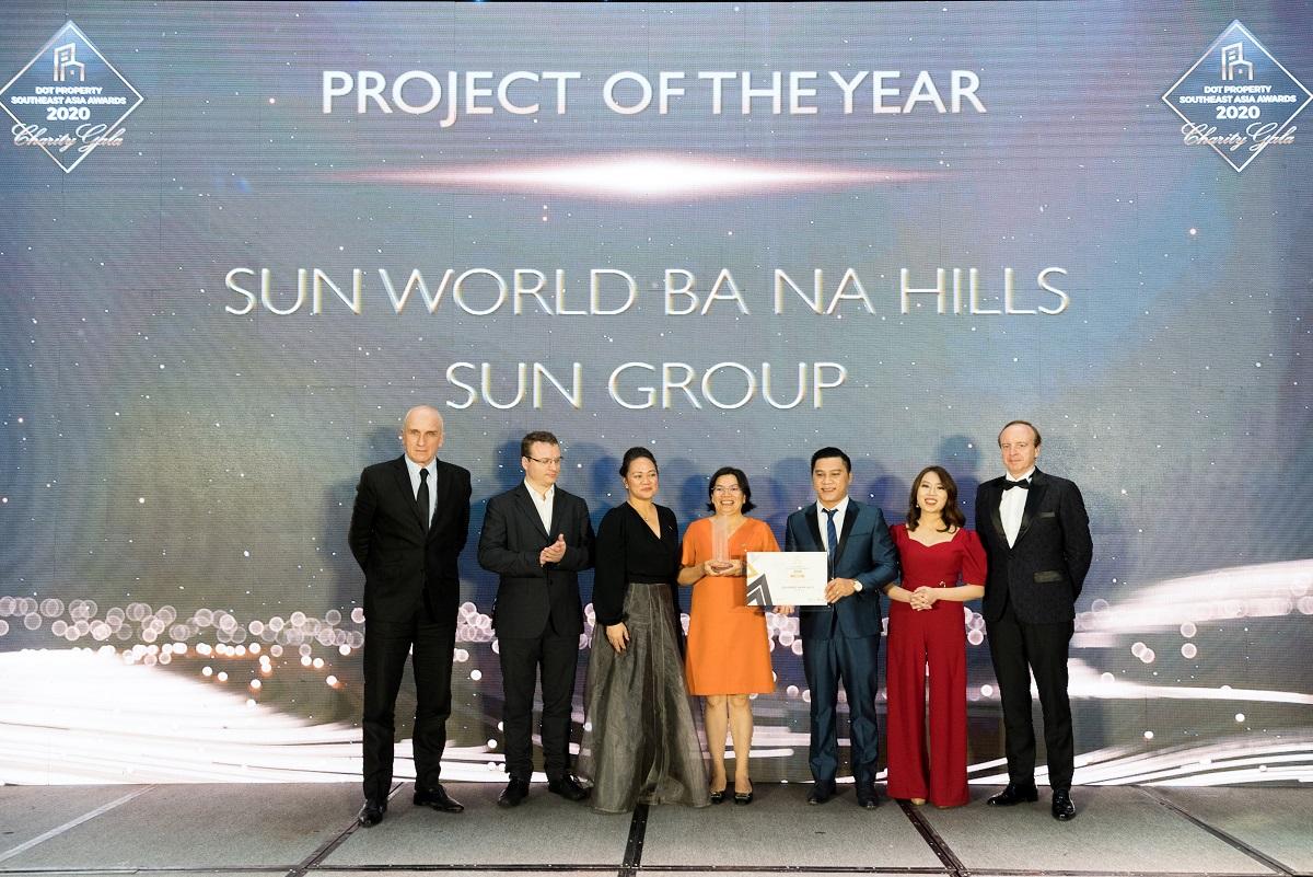 Bà Nguyễn Lâm Nhi Thùy (giữa), đại diện Sun Group nhận giải thưởng Dự án của năm tại khu vực Đông Nam Á do nhà đầu tư bình chọn dành cho Sun World Ba Na Hills.