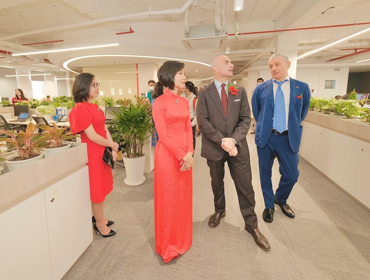 Ông Dante Brandi, Tổng Lãnh sự Italy tại TP HCM tham quan Generali Plaza và đánh giá cao đóng góp của Generali cho mối quan hệ song phương Việt - Italy. Ảnh: Generali Việt Nam.