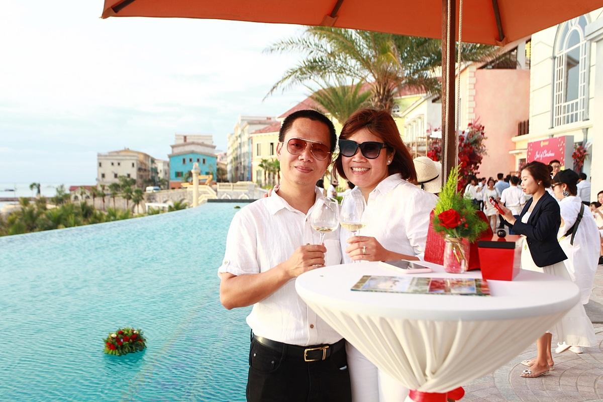 Các nhà đầu tư trải nghiệm cảm giác ngắm hoàng hôn tại bến cảng phồn hoa Sun Premier Village Primavera.