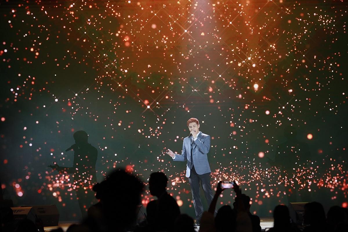 Gala Dinner đậm không khí Giáng sinh với sự tham gia của nhiều ca sĩ nổi tiếng.