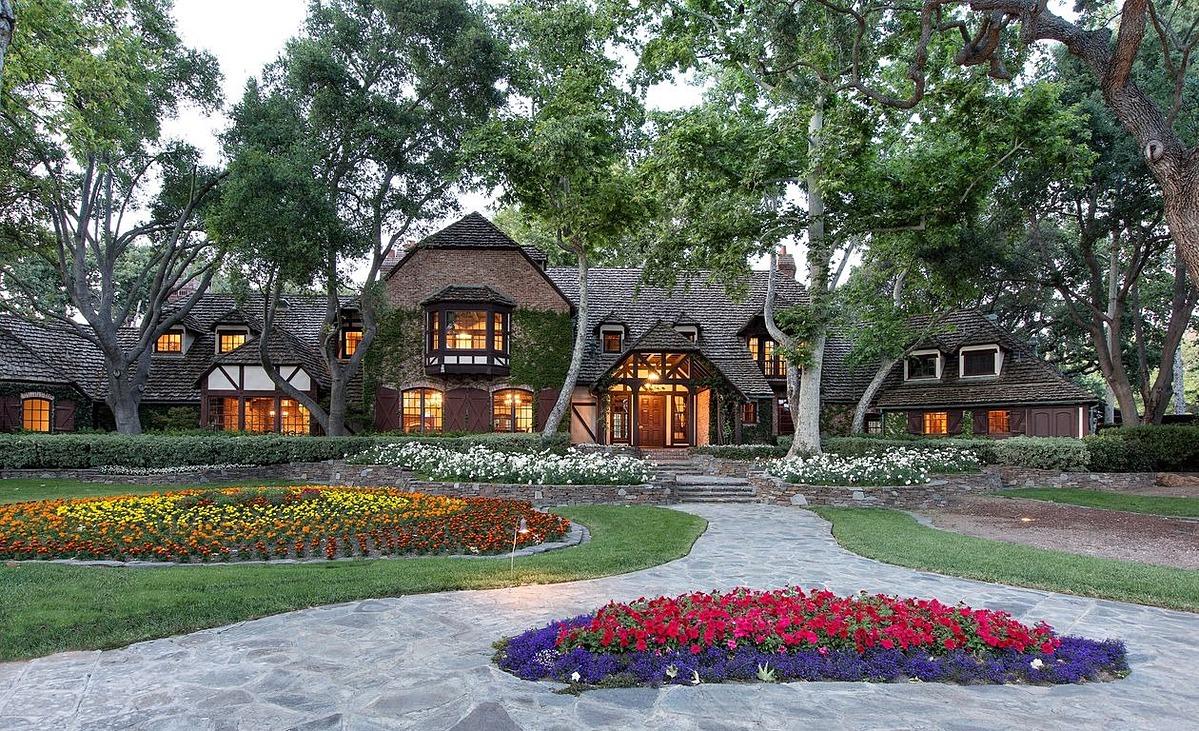 Một khu nhà trong trang trại của Michael Jackson. Ảnh: Jim Bartsch.