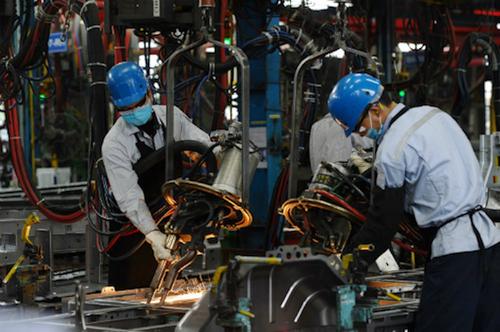 Công nhân sản xuất tại một công ty liên doanh phụ tùng, máy móc.Ảnh: AFP