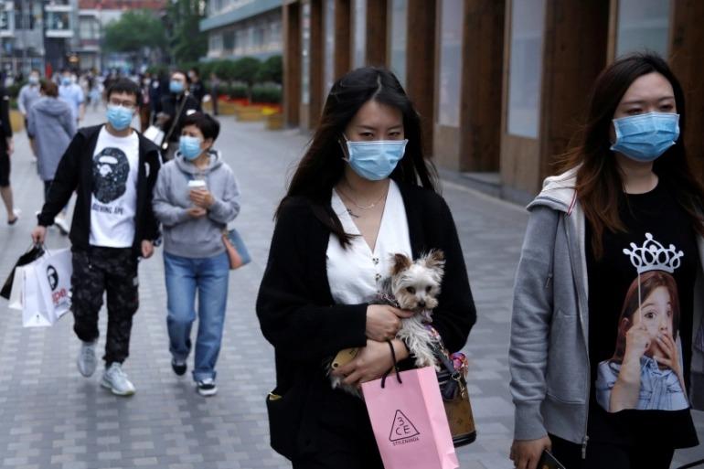 Người trẻ Trung Quốc ra đường mua sắm sau khi dỡ lệnh phong tỏa. Ảnh: Reuters.