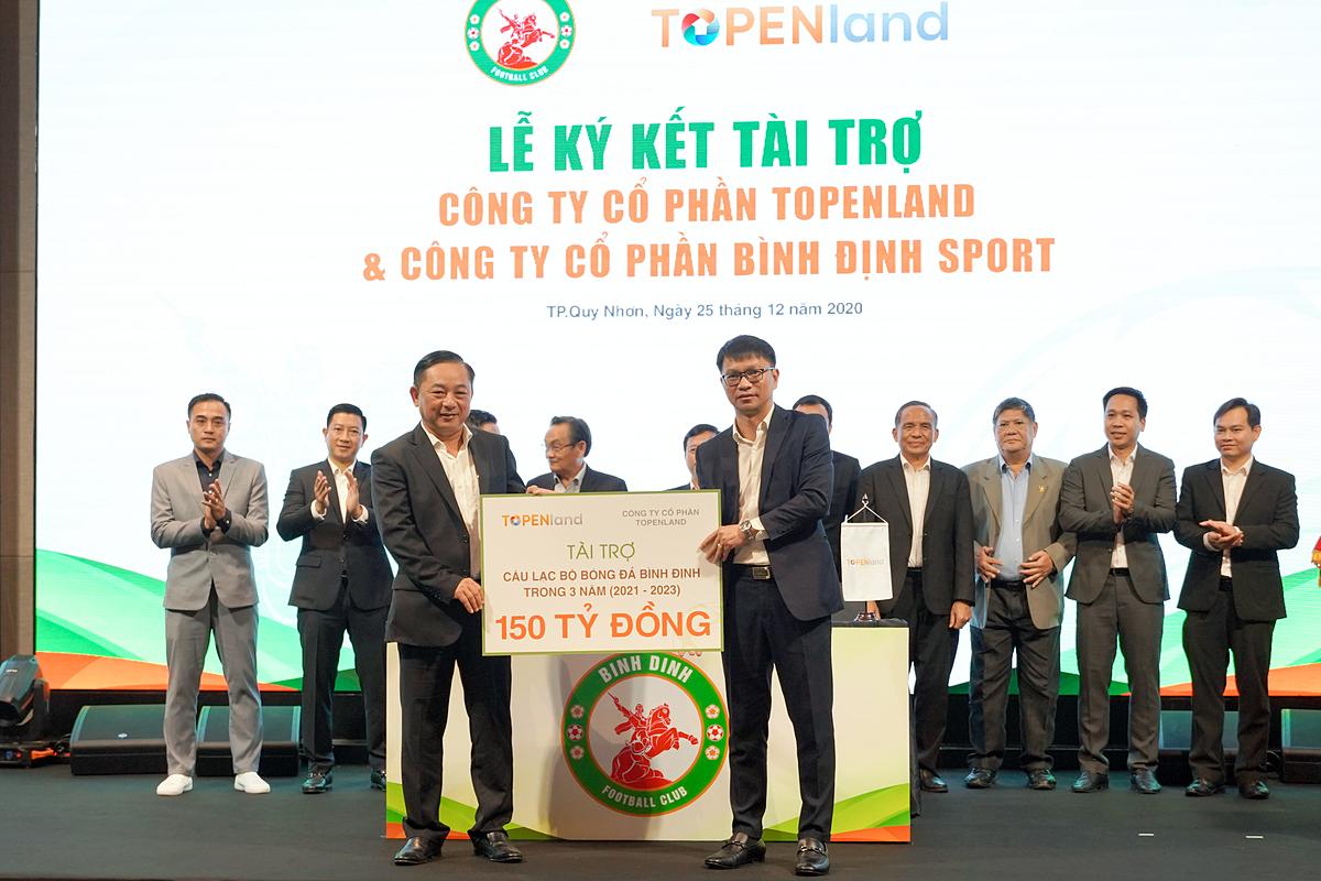 Ông Võ Văn Khang – Chủ tịch Công ty Topenland trao bảng tài trợ 150 tỷ đồng cho ông Nguyễn Hữu Sang – Giám đốc Công ty CP Bình Định Sport, đại diện đơn vị chủ quản CLB bóng đá Topenland Bình Định.