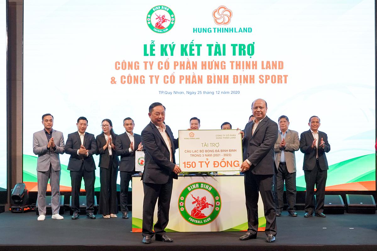 Ông Lê Trọng Khương – Tổng Giám đốc Hưng Thịnh Land trao bảng tài trợ 150 tỷ đồng cho ông Nguyễn Hữu Sang.