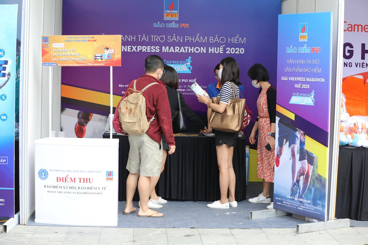 Runner visits PVI Insurance's booth on December 26.  Photo: Tien Thanh.