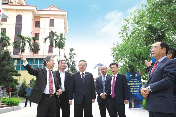 Lãnh đạo nhà nước và lãnh đạo tỉnh Nam Định thăm quan tại nhà máy Công ty Cổ phần Dược phẩm Nam Hà - 415 Hàn Thuyên, Nam Định, ngày 4/12 vừa qua. Ảnh: D.N.H.