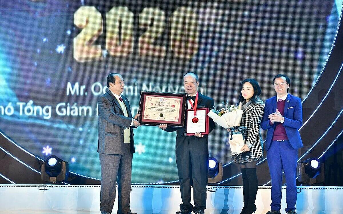 Đại diện Daikin Việt Nam nhận kỷ lục Guinness. Ảnh: Daikin Việt Nam.
