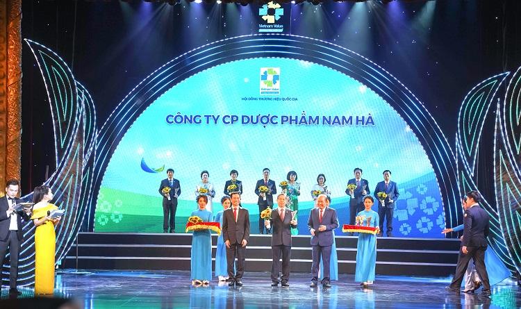 Ông Dương Thanh Bình, Chủ tịch HĐQT Công ty Cổ phần Dược Nam Hà nhận biểu trưng Thương hiệu Quốc gia 2020