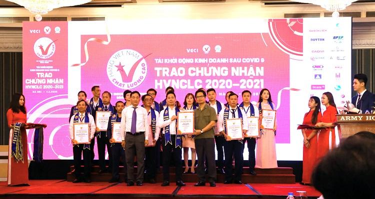 Ông Dương Thùy Biên, Phó tổng giám đốc Công ty Cổ phần Dược phẩm Nam Hà đại diện nhận chứng nhận hàng Việt Nam chất lượng cao năm 2020.