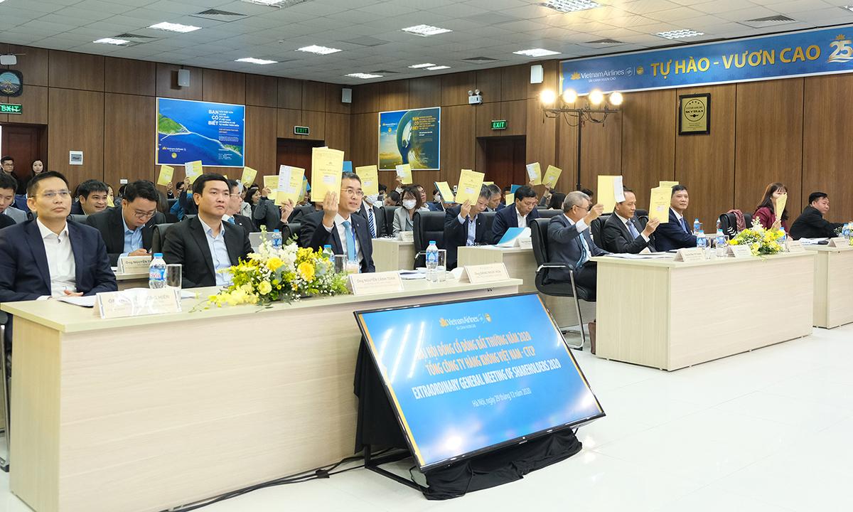 Cổ đông Vietnam Airlines biểu quyết tại đại hội cổ đông bất thường sáng 29/12. Ảnh: VNA