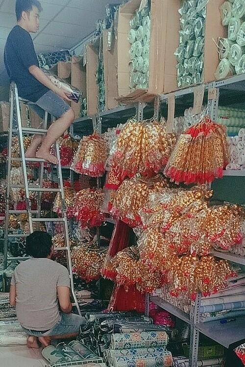 Kho hàng tại quận Tân Phú của gian hàng Rẻ Bền Đẹp đã đầy ắp sản phẩm đón Tết Tân Sửu với đa dạng mẫu mã, màu sắc. NVCC.