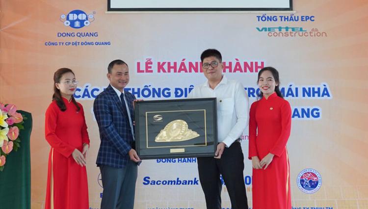 Ông Phạm Đình Trường, Tổng Giám đốc Viettel Construction (bên trái) tặng quà lưu niệm ông Nguyễn Việt Dũng, Tổng giám đốc Dệt Đông Quang.