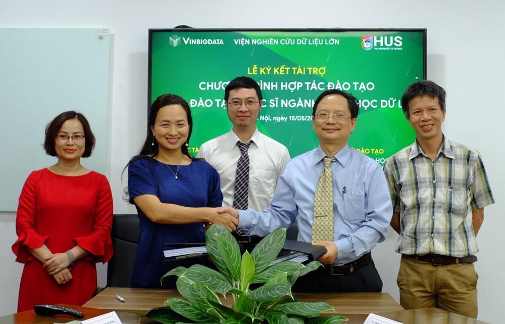 PGS TSKH Vũ Hoàng Linh, Hiệu trưởng trường Đại học Khoa học Tự nhiên, Đại học Quốc gia Hà Nội trong Lễ kí kết hợp tác với Viện Nghiên cứu Dữ liệu lớn Vingroup.