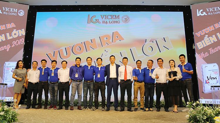 Cán bộ nhân viên Vicem Hạ Long tại một sự kiện.