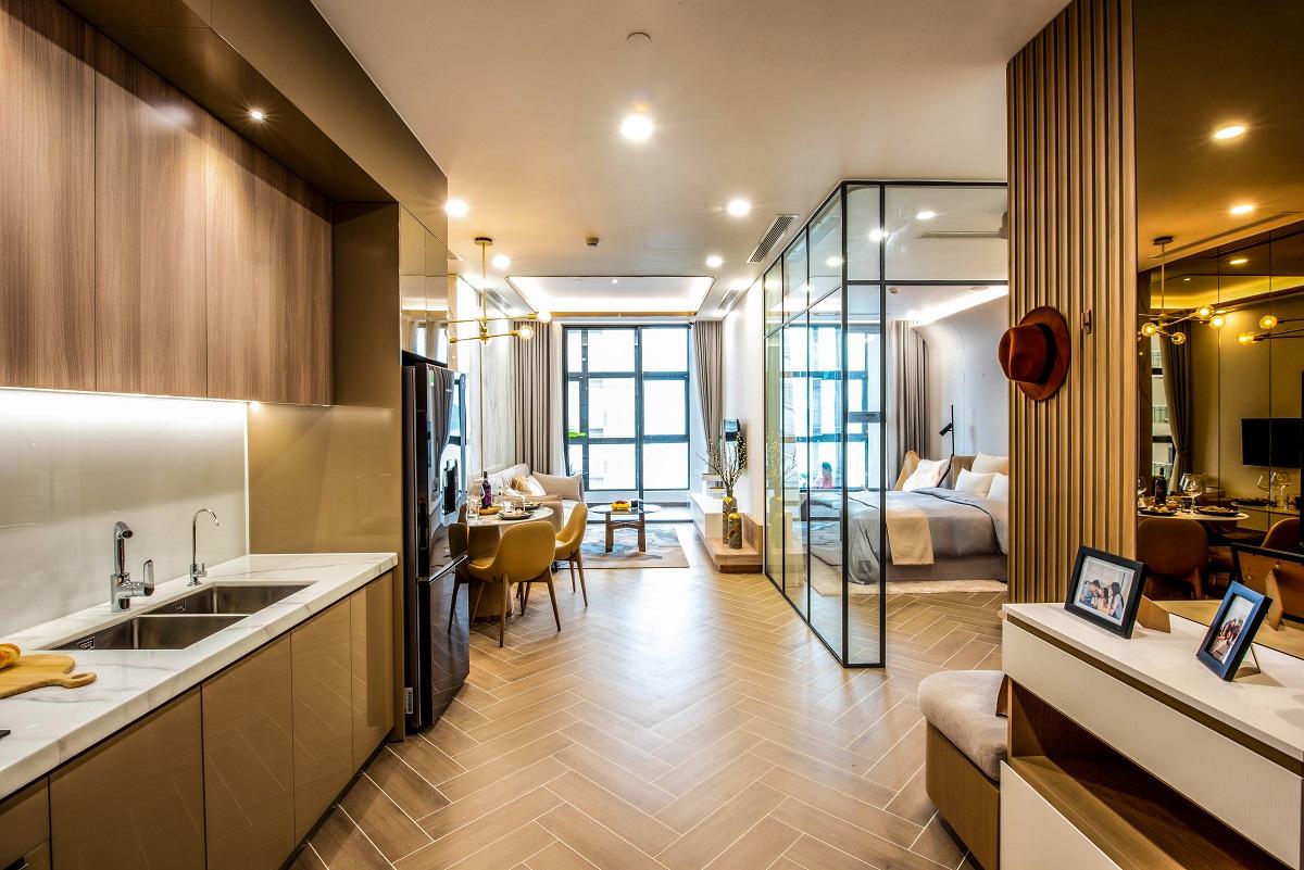 Căn hộ hai phòng ngủ sở hữu kiến trúc sang trọng và hài hoà từ màu sắc đến bố trí nội thất. Căn hộ mang đến không gian liên kết xuyên suốt rộng rãi giữa phòng bếp, phòng ăn và phòng khách. Từ đó tạo ra không gian sinh hoạt chung thoải mái để các thành viên trong gia đình chia sẻ và gắn kết.