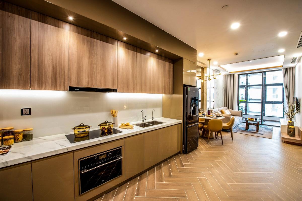 Hệ thống cửa kính lớn vừa giúp căn hộ luôn ngập tràn ánh sáng tự nhiên vừa mở ra tầm nhìn ngoạn mục trên vịnh Nha Trang.