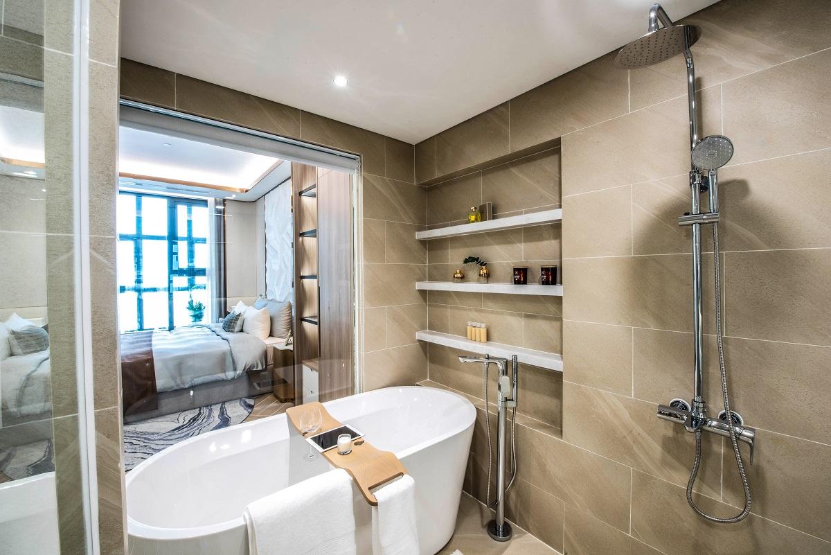 Không gian phòng tắm được trang bị các thiết bị vệ sinh và phụ kiện từ thương hiệu hàng đầu thế giới Kohler cùng sàn chống trơn trượt và bồn tắm cao cấp.