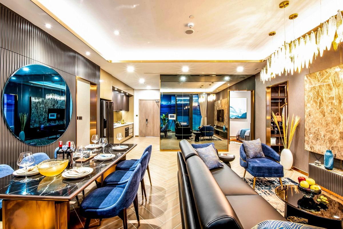 Phòng khách, phòng ăn và phòng bếp liên kết như một lounge cao cấp với tầm nhìn ấn tượng bao trọn biển.