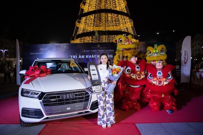 Khách hàng Lê Thị Quỳnh Anh đã trở thành chủ nhân của giải thưởng duy nhất xe Audi Q5. Ảnh: CityLand.