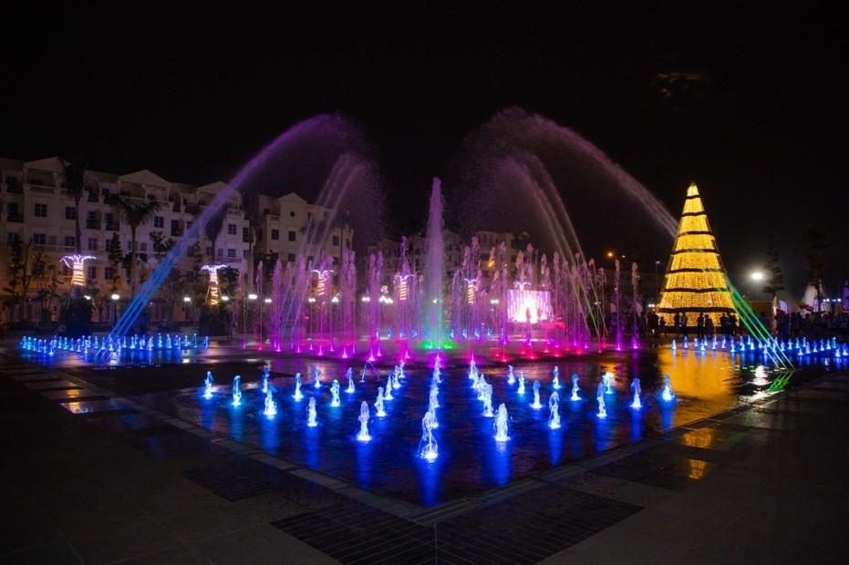 Hoạt động từ 19/12, chương trình biểu diễn nhạc nước tại quảng trường Hòa Bình diễn ra lúc 19h hàng ngày đã mang đến món ăn tinh thần thú vị cho cộng đồng cư dân khu đô thị này nói riêng và TP HCM nói chung.