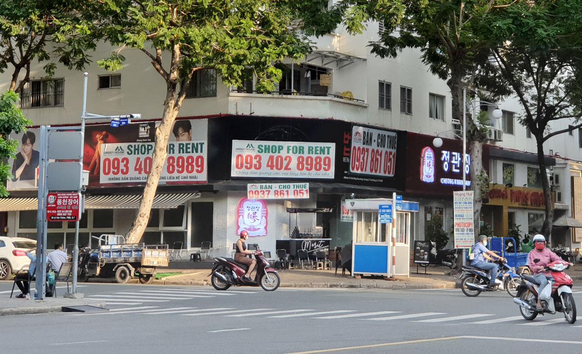 Mặt bằng kinh doanh ở phố Hàn Quốc thuộc khu Phú Mỹ Hưng treo biển cho thuê cuối quý III/2020. Ảnh: Vũ Lê.