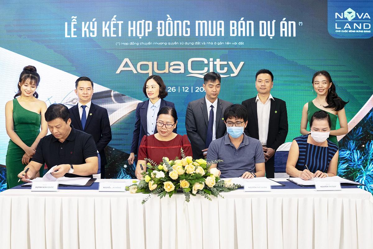 Những khách hàng đầu tiên của dự án Aqua City ký kết hợp đồng chuyển nhượng quyền sử dụng đất và nhà ở gắn liền với đất cho dự án Aqua City. Ảnh: Novaland.
