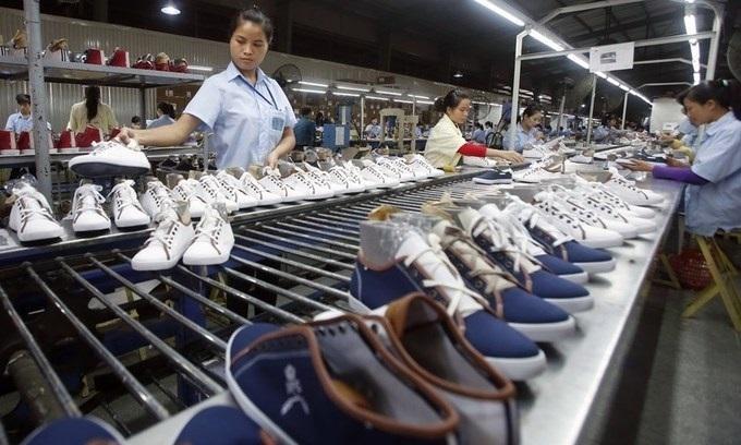 Bên trong một nhà máy sản xuất da giày của Việt Nam. Ảnh: Reuters.