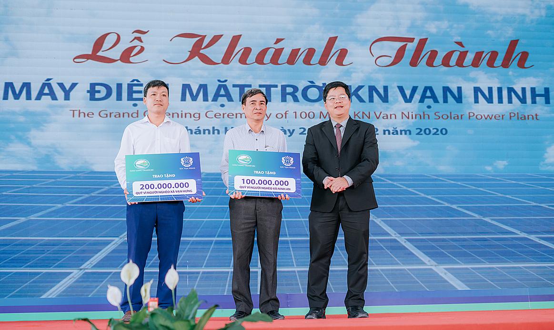Đại diện KN Vạn Ninh trao tặng tiền cho Quỹ Vì người nghèo xã Vạn Hưng và xã Ninh An. Ảnh: KN Vạn Ninh.