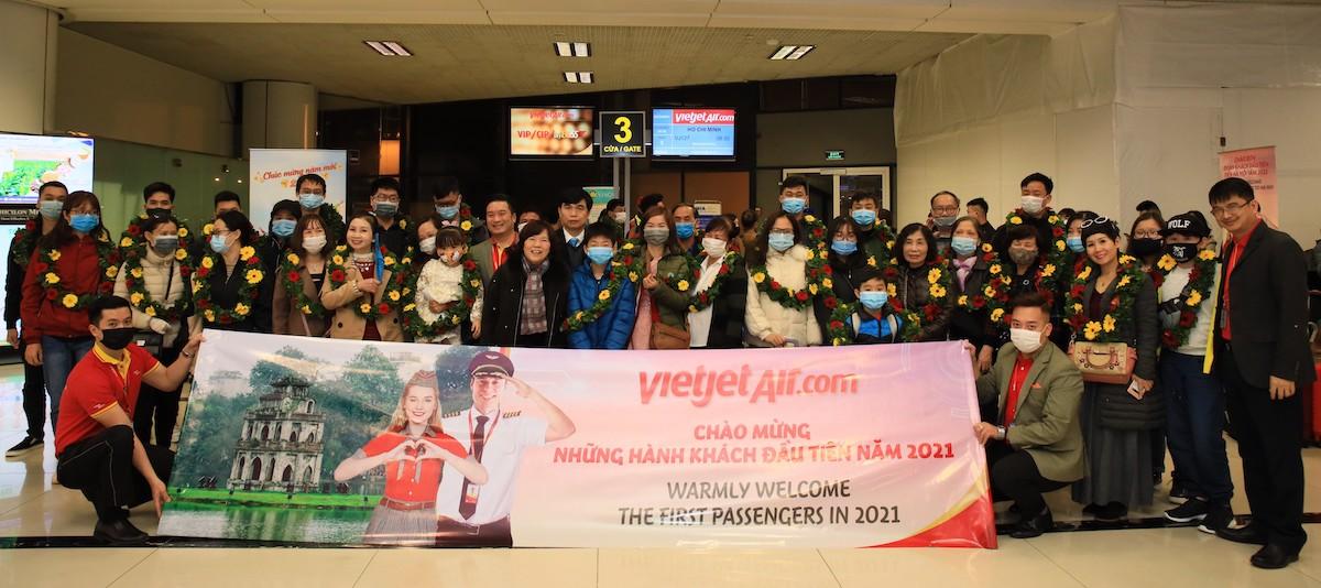 Ngày 1/1, bà Nguyễn Thanh Hà, Chủ tịch HĐQT Vietjet đã tặng hoa, quà lưu niệm và lời chúc sức khỏe, hạnh phúc cho hành khách trên chuyến bay VJ127 khởi hành từ sân bay Nội Bài, Hà Nội, đi TP.HCM để đón chào năm mới với nguồn năng lượng tích cực.