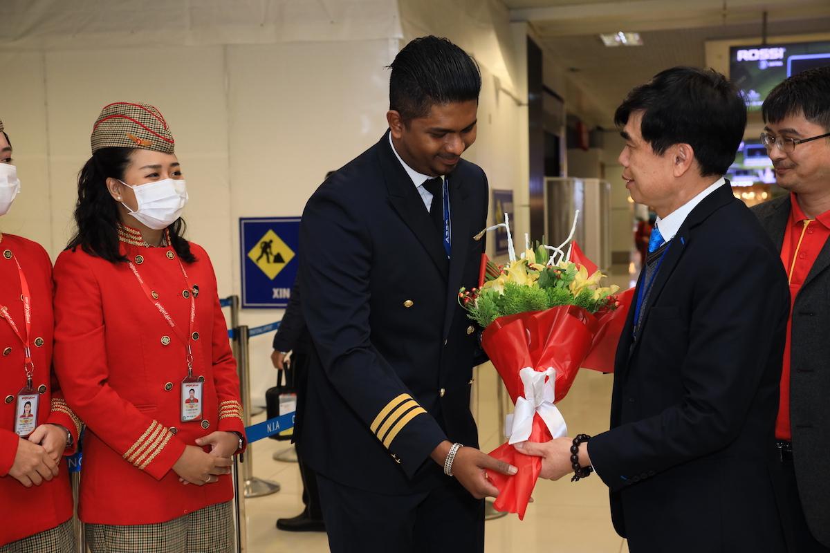 Tại sân bay Tân Sơn Nhất, TP HCM, Phó Tổng giám đốc Vietjet Đỗ Xuân Quang, Giám đốc Sở Du lịch TP HCM Nguyễn Thị Ánh Hoa cùng đại diện một số cơ quan, doanh nghiệp đã tặng cặp vé khứ hồi bay khắp Việt Nam cho các hành khách may mắn trên chuyến bay.