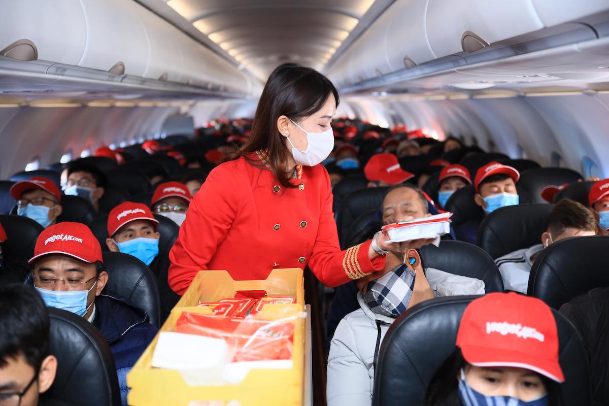 Trên chuyến bay ngày đầu năm, tiếp viên Vietjet dành tặng khách hàng những chiếc mũ màu đỏ tượng trưng cho sự may mắn, tốt lành. Tiếp viên cũng dành những lời chúc tốt đẹp nhất cho tất cả khách hàng đã lựa chọn Vietjet.