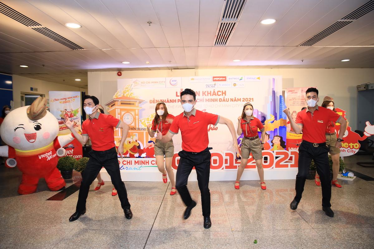 Tại sân bay Tân Sơn Nhất, tiếp viên Vietjet cùng nhân vật máy bay Amy nhảy vũ điệu Magic Flight đón chào hành khách. Các hoạt động chào đón hành khách dịp đầu năm được Vietjet thực hiện thường xuyên, mang tới cho khách hàng những niềm vui bất ngờ trên các chuyến bay.