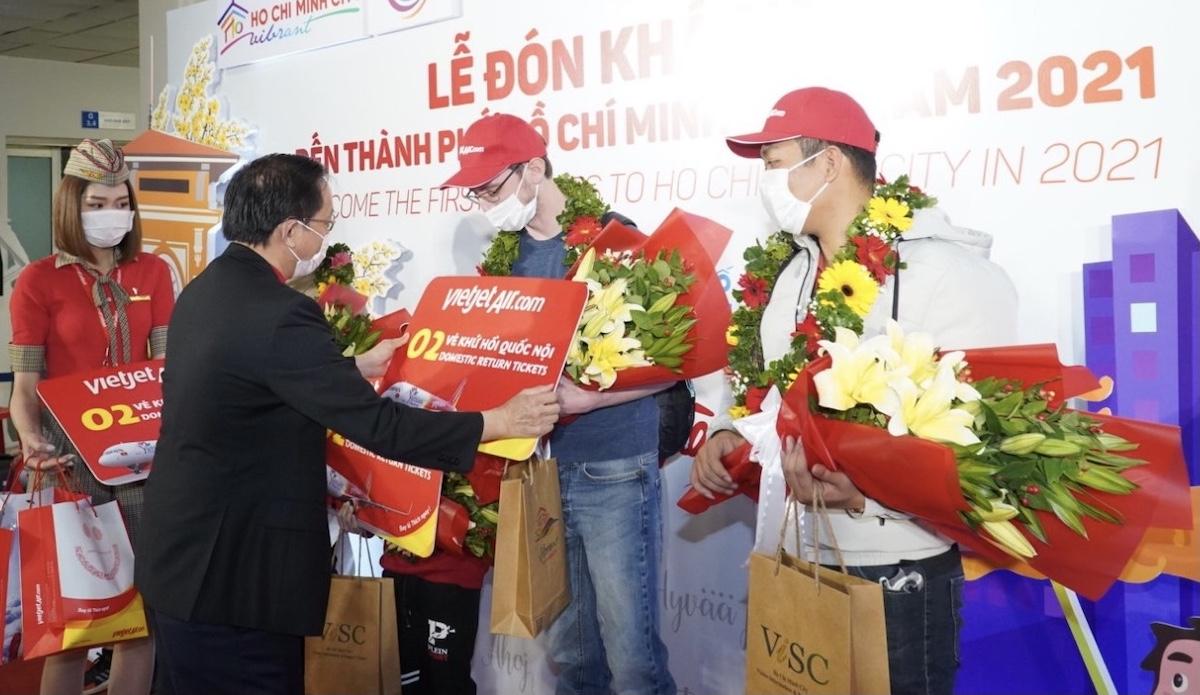 Phó Tổng giám đốc Vietjet Đỗ Xuân Quang tặng quà là vé máy bay khứ hồi nội địa cho các hành khách may mắn.
