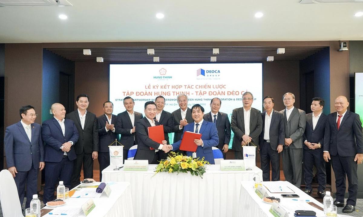 Ông Hồ Minh Hoàng - Chủ tịch HĐQT Tập đoàn Đèo Cả (phải) và ông Nguyễn Đình Trung - Chủ tịch Tập đoàn Hưng Thịnh (trái) thực hiện nghi thức ký kết hợp tác.