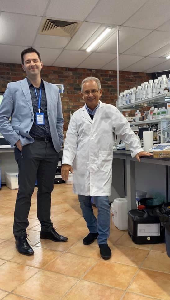 CEO Stephen James Rogers và  Giám  Đốc Phòng Nghiên Cứu và Điều Chế  tại nhà máy của Dermalyana tại Úc.
