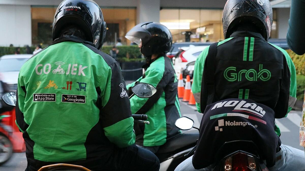 Tài xế Grab và Gojek đang ngồi đợi khách tại thủ đô Jakarta (Indonesia). Ảnh: Asian Nikkei Review.