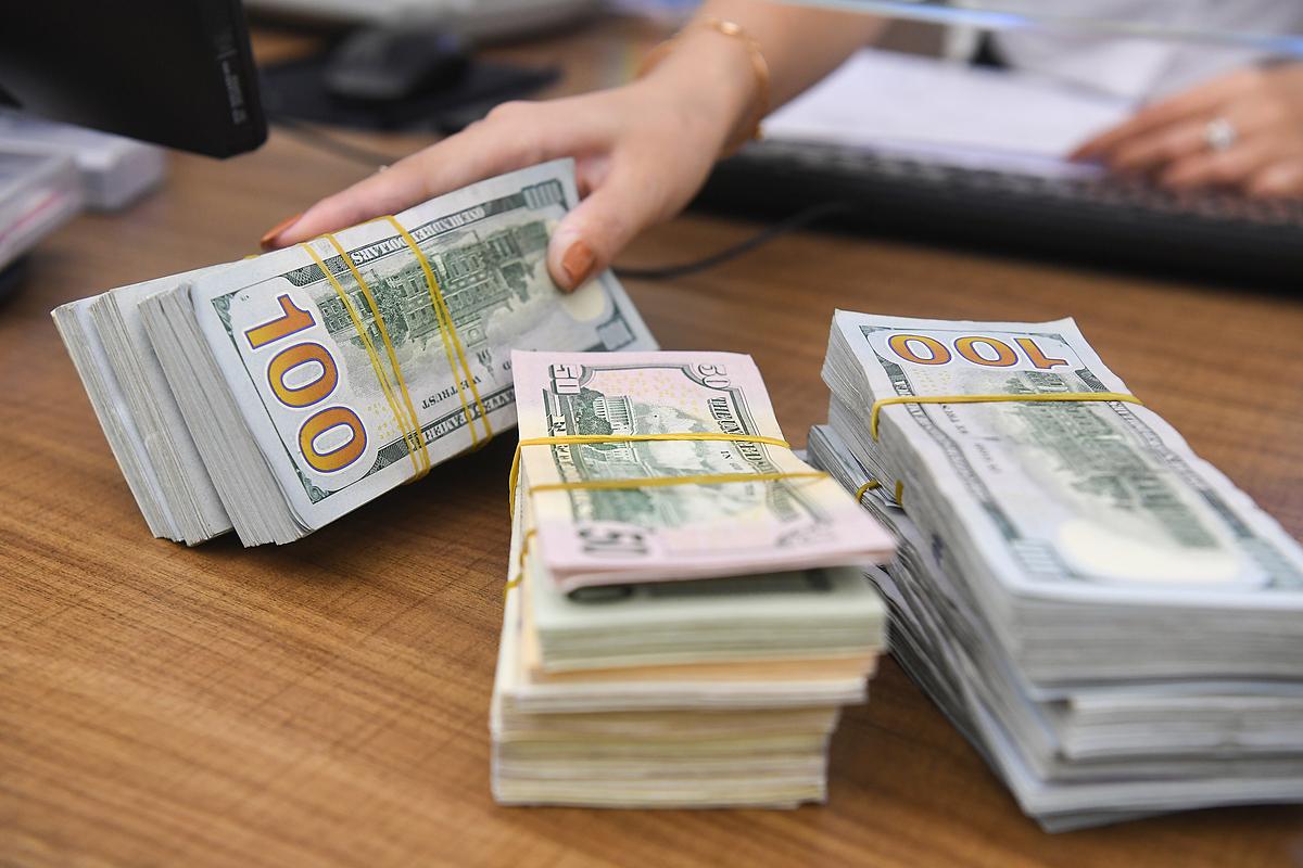Giao dịch USD tại một ngân hàng thương mại ử Hà Nội. Ảnh: Giang Huy.