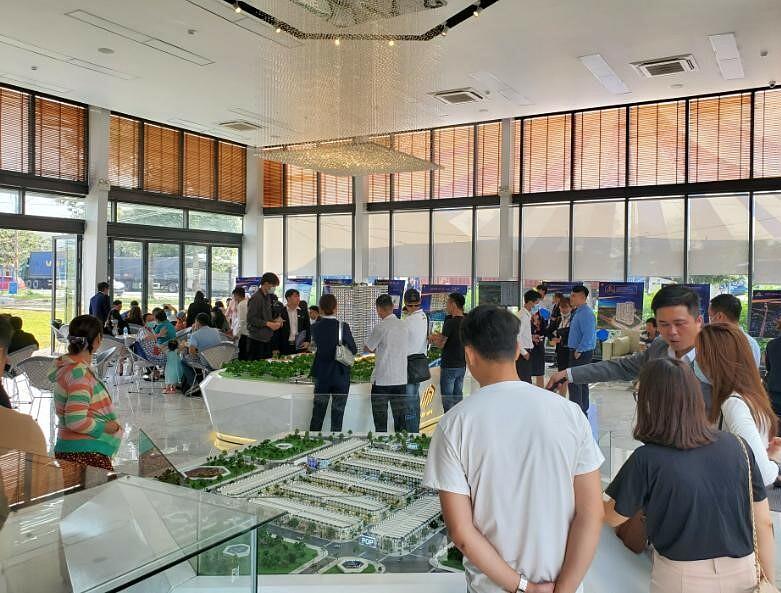 Nhà điều hành Icon (đường số 5, phường Tân Đông Hiệp, thành phố Dĩ An) đón rất nhiều lượt khách tham quan tìm hiểu dự án Icon Central và Icon Plaza. Ảnh: DVG.