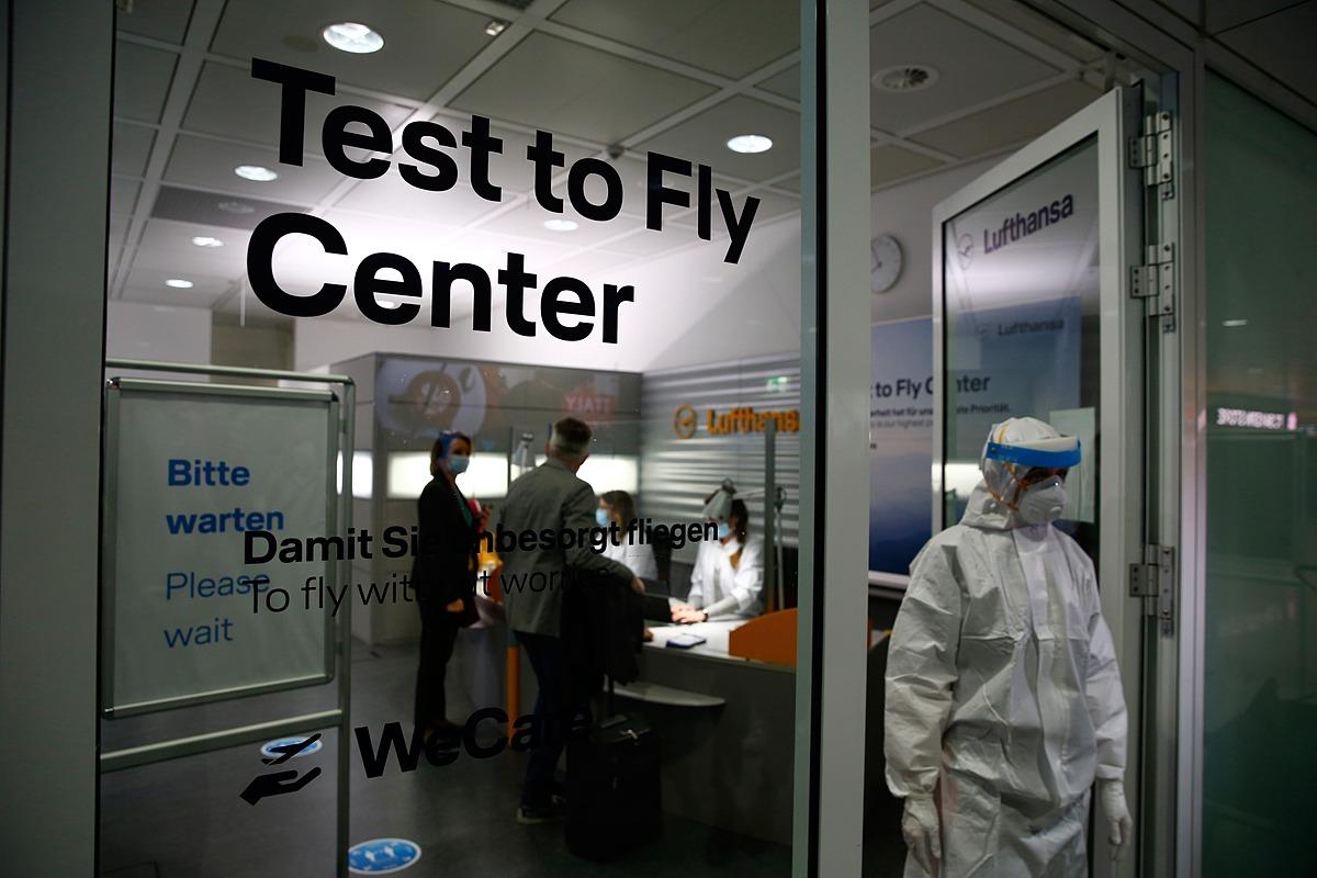 Du khách đến trung tâm xét nghiệm Covid-19 của Deutsche Lufthansa trước khi lên chuyến bay tại Sân bay Munich. Ảnh: Bloomberg.